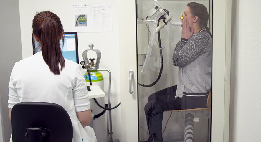 The picture shows a woman doing the extended lung function test.