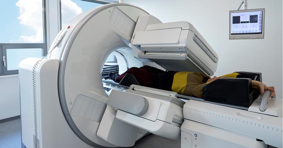 Billede af en SPECT-CT-skanner med en patient i.
