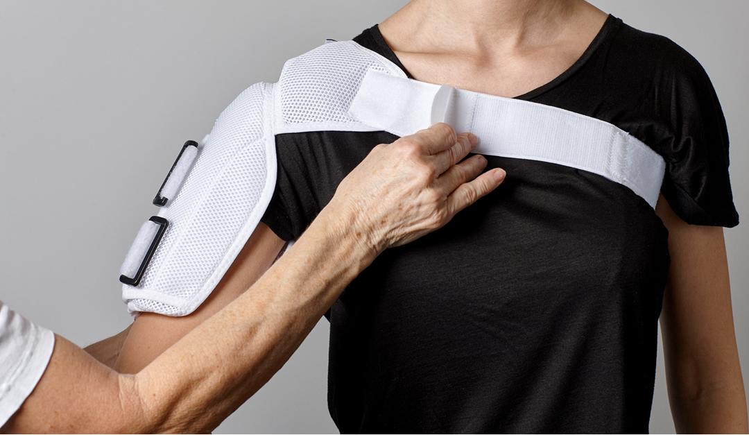 Foto af en person, der får spændt remmen om brystet.