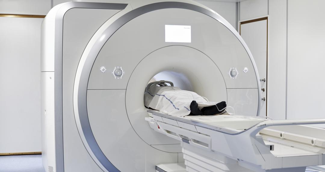 Billede af en patient i en MR-skanner.
