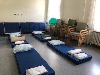 Et foto af lokale med madrasser og puder, som bruges i forbindelse med kurset.