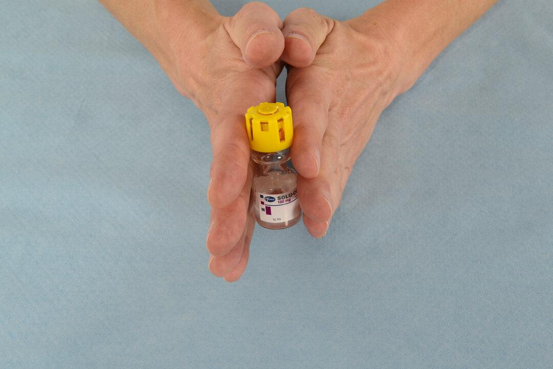 Billedet viser, hvordan man skal dreje eller rulle flasken.