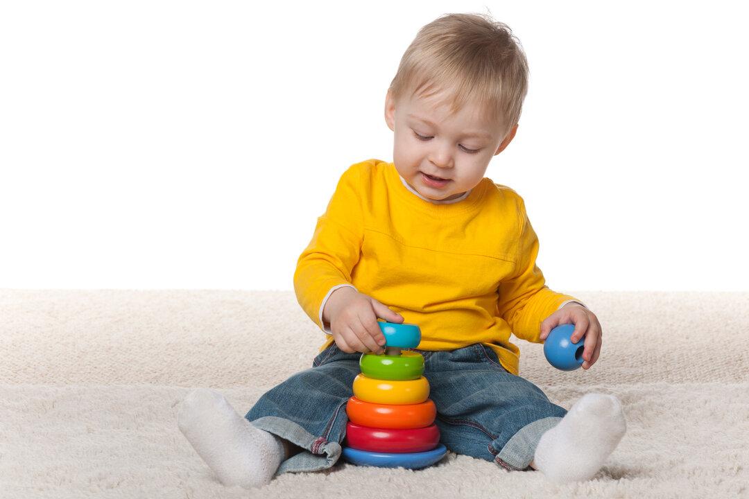 Dreng leger med klodser.