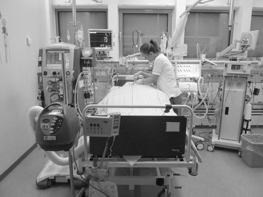 På billedet ses det udstry der er omkring patienten på stuen.