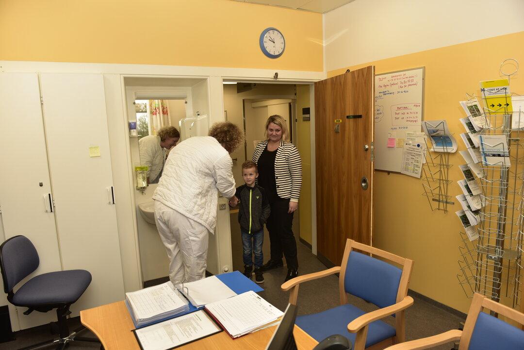 Villads og hans mor møder på den dagkirurgiske afdeling
