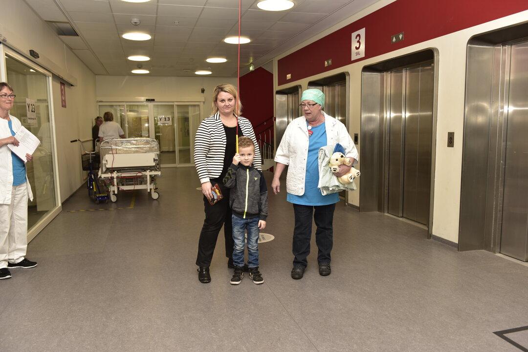 Villads og hans mor går hen til bedøvelsesrummet sammen med sygeplejerske