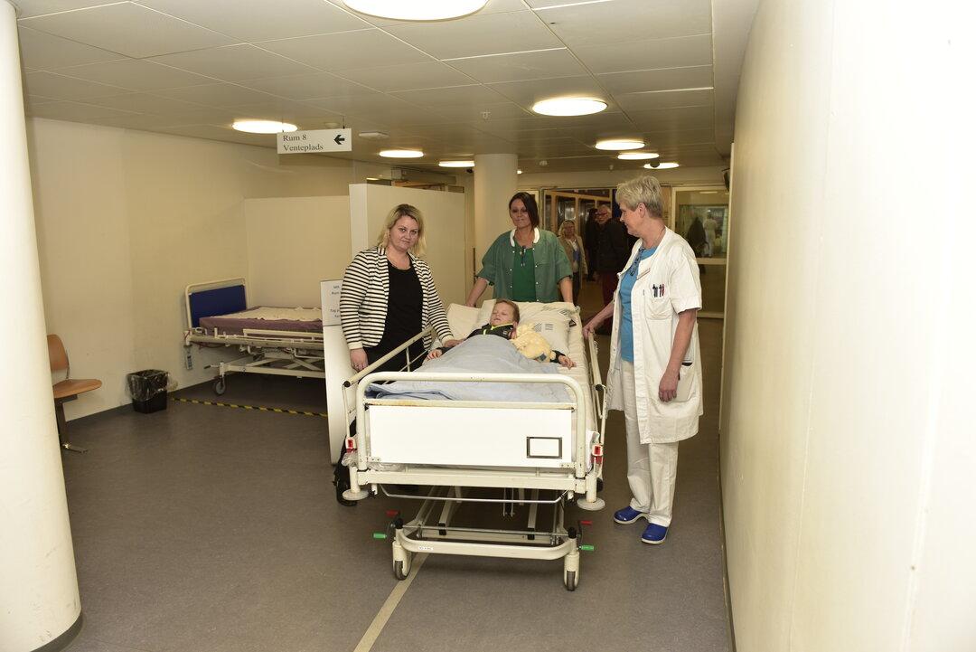 Villads køres til opvågningsstuen af sygeplejerske og mor