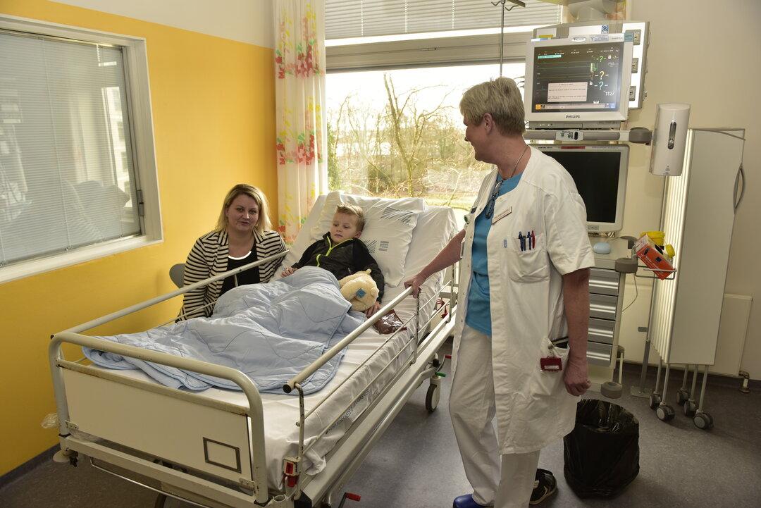 Villads er på opvågningsstuen med mor og sygeplejerske