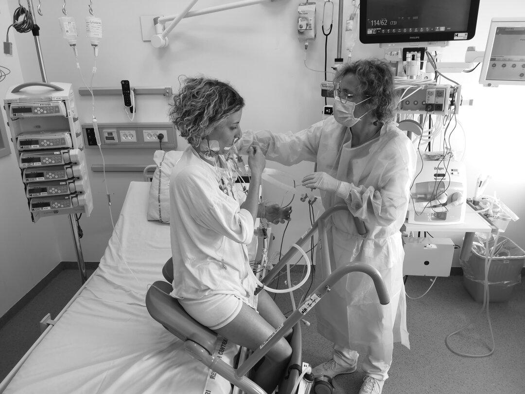 Billedet viser en patient benytte nogle af de hjælpemidler klinikken har til rådighed.
