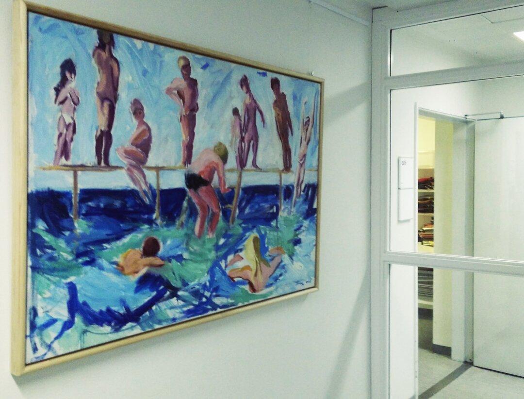 Billedet er et maleri af folk ved en badebro