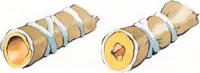 Til venstre ses en normal bronkie, og til højre en astmatisk bronkie med hævet slimhinde, meget slim og sammentrukne små muskler.
