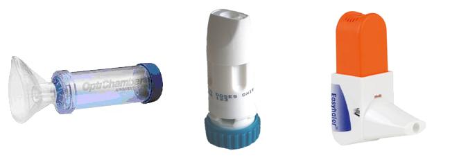 Forskellige typer af inhalatorer til at give medicin på.  Fra venstre: spacer, turbohaler, easyhaler.