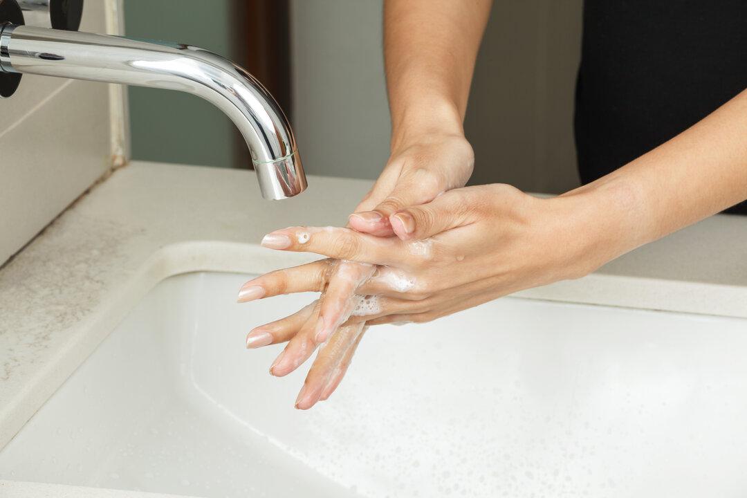 Vask CVK med rene hænder uden smykker.