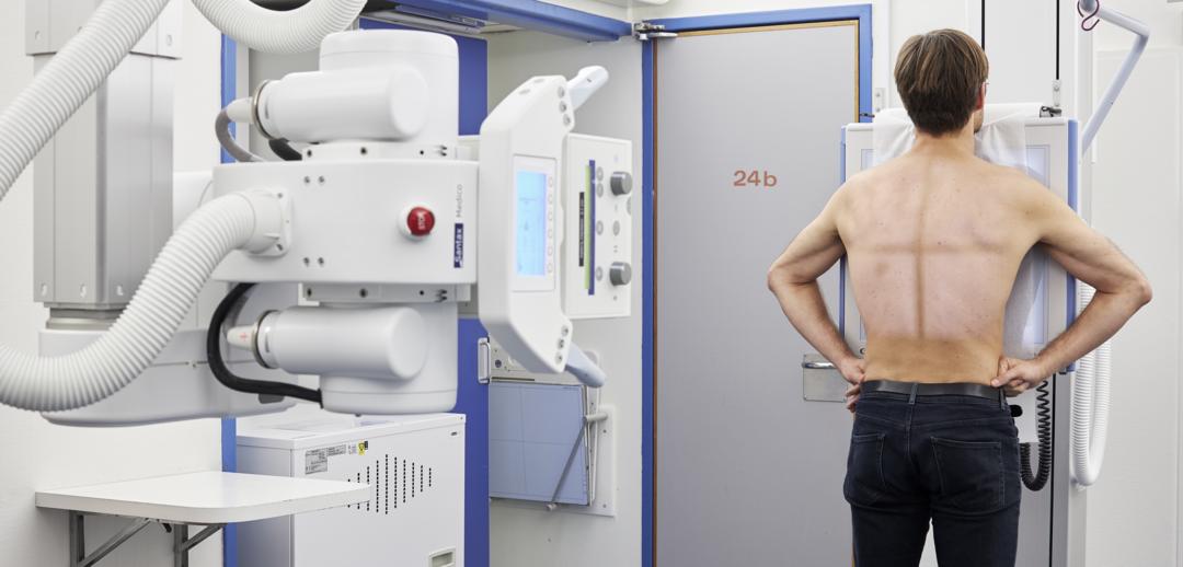 Billede af en patient, der får røntgenundersøgt overkroppen