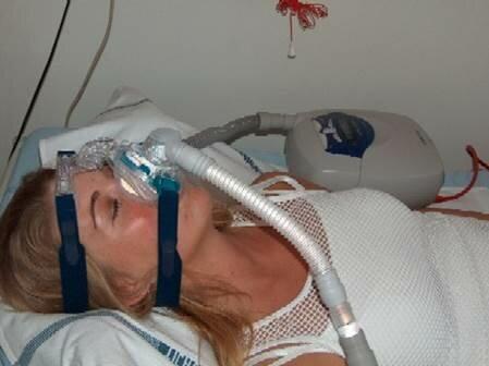 Billede af kvinde med CPAP maske på