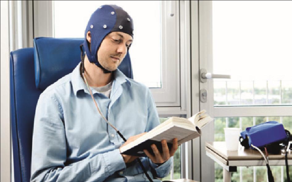 Siddende patient med elektroder og hue