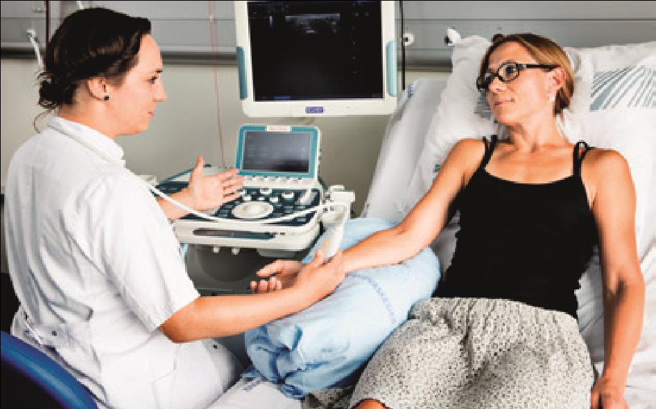 Sygeplejerske ultralydsskanner patient