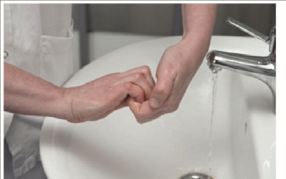 Sygeplejerske vasker sine fingerspidser og negle